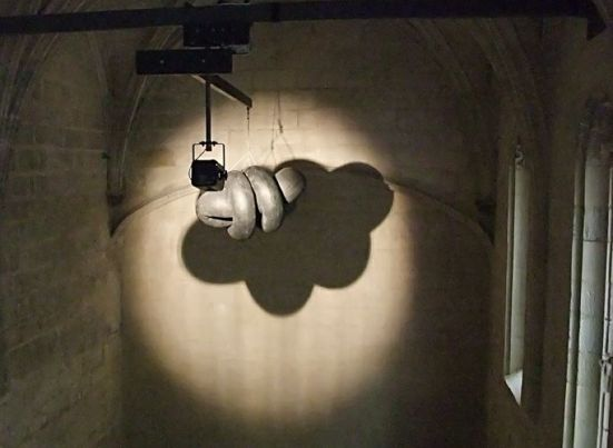 Michael Sailstorfer, Cumulus, Arles, 2013. Installation - chambres à air en caoutchouc, moteur, lampe. Oeuvre produite.