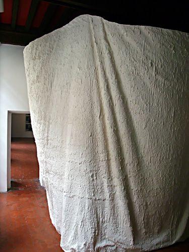 Arnaud Vasseux, Forme lente, 2013. plâtre, filet - dimensions variables - oeuvre produite.