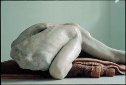 Berlinde De Bruyckere, Aanéén, 2003 – 2004. cire, résine époxy, bois, fer, couvertures Collection privée Antoine de Galbert © Dieter Kik