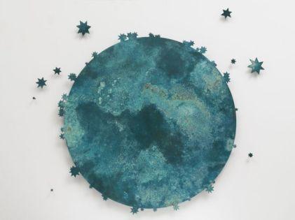Kiki Smith, Blue Moon III, 2011. 10 éléments en bronze, 1 lune et 9 étoiles Courtesy The Pace Gallery Photographie Tom Barratt © Kiki Smith