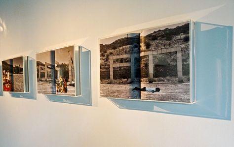 Christophe Berdaguer et Marie Péjus, Monument discontinu, 1972-2015. Impression pigmentaire sur page centrale d une revue blanche, reliure dos carre colle, caisson plexiglass, 46,5cm x 31,5cm