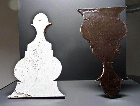 Fouad Bouchoucha, La maîtresse et son esclave, 2013. Bois, metal, zelliges, tube fluorescent 6 000 kelvin, 110 × 110 × 160 cm. Production : Trankat