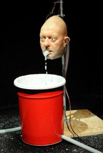 Nathaniel Mellors, The Object, 2010 Silicone, métal, animatronic, pâte à papier, pompe, seau, 200 x 300 cm Courtesy de l'artiste, Matt's Gallery Londres ; Monitor, Rome et Stogter van Doesburg, Amsterdam
