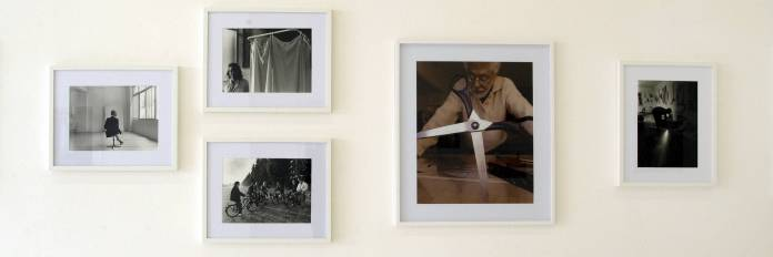 François Lagarde « Artistes et Philosophes », à la Galerie AL/MA. Marc Devade (de dos), André Valensi, Génération Solex, Patrick Saytour(grand format), Jean Azémard. Photographie François Lagarde