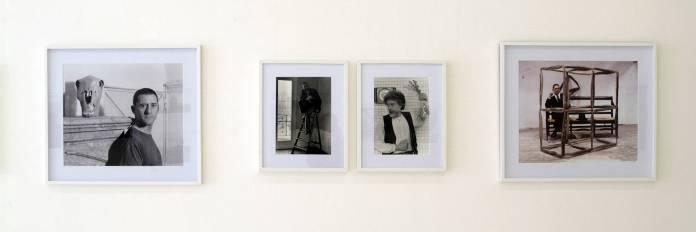 François Lagarde « Artistes et Philosophes », à la Galerie AL/MA. Toni Grand, Marcelin Plenet (sur l échelle), Patrick Saytour, Toni Grand. Photographie François Lagarde