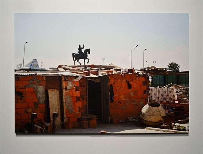 Faten Gaddes, « Statue de Bourguiba à La Goulette », 2009 de la série « The Street ». Traces… Fragments (2) d'une Tunisie contemporaine au MuCEM