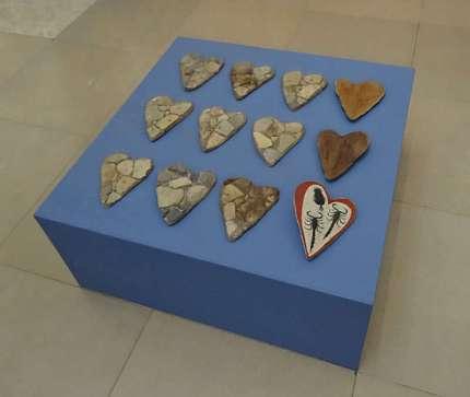 Yto Barrada, Faux fossiles et moules en forme de coeur (série Lying Stones), 2015