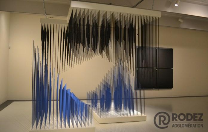Jesús Rafael Soto, doble progresion azul y negra, 1975 - Une rétrospective au musée Soulages. Photo : Rodez Agglomération