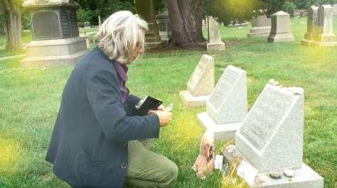 Hervé Di Rosa devant la tombe d'H.P. Lovecraft, au cimetière Swan Point à Providence, mai 2014