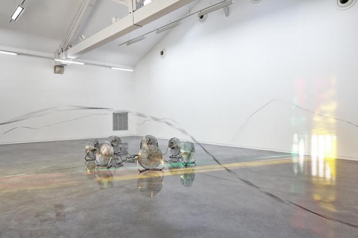 Zilvinas Kempinas, Flying Tape, 2004. Se souvenir des Belles Choses, vue de l'exposition, Musée régional d'art contemporain, Sérignan, 2016. Photo JC Lett