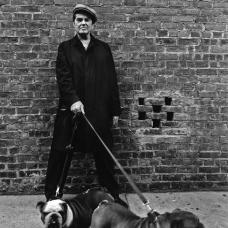 Judy Dater, Man with bulldogs, New York 1976 (Andrew Mc Murray), épreuve argentique, Coll. Musée Réattu-Arles, Dépôt des Rencontres d-Arles, 2002 © Judy Dater