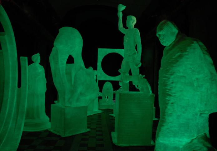 Simone Decker, Ghosts, 2004, 12 sculptures photoluminescentes, bande plâtrée thermoplastique en polyester, resine époxy, pigments photoluminescents. © Adagp, Paris 2016 ; Photo © Christian Perez / Frac Languedoc-Roussillon