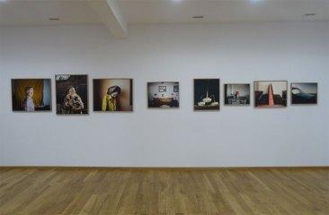 Delphine Schacher, Petite robe de fête - Jeune photographie européenne à Maupetit, Côté Galerie
