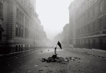 Gilles Caron, Mai 68, Rue Saint-Jacques, Paris. ©Gilles Caron