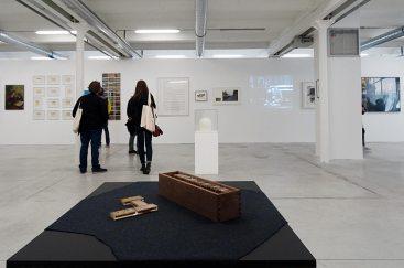 Les Possédés - Chapitre 2 - Benoît Maire : The escape (jeu de dominos), 2014, tapis en feutre et boîte en bois, 10 x 9 x 40 cm. Collection Élisabeth et André Duclos.