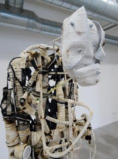 Les Possédés - Chapitre 2 - Renaud Jerez : Sculpture, 2014, pvc, aluminium, cotton, caoutchouc, acier jersey, 180 x 55 x 45 cm. Collection Sébastien Peyret