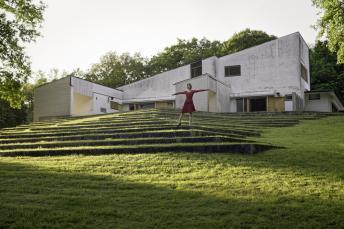 Elina Brotherus, De la série Les Femmes de la Maison Carré, Gymnastique, 2015