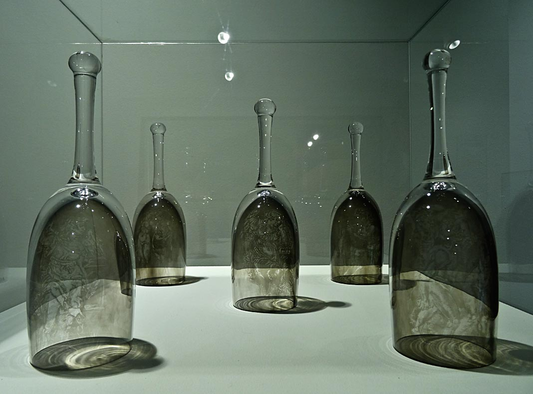 Patrick Neu, Verres en cristal, noir de fumée, 2015 - Vanités à la Maison des Consuls – Les Matelles, Grand Pic Saint-Loup