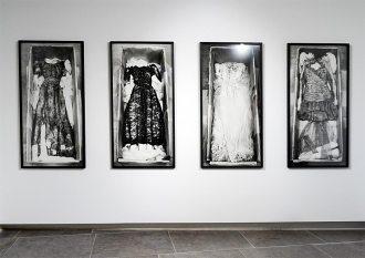Valérie Belin, Quatre tirages de la série « Robes de Calais », 1996 - Vanités à la Maison des Consuls – Les Matelles, Grand Pic Saint-Loup