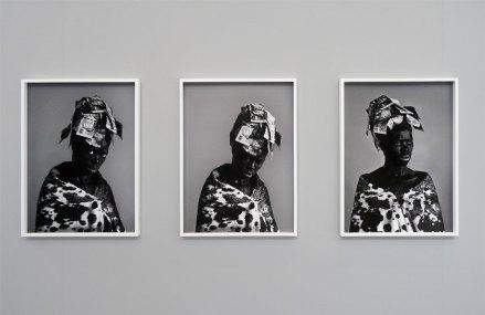 Zanele Muholi, Nomalandi Wenda I, II et III - «Somnyama Ngonyama» - Fondation LUMA Arles, La Mécanique Générale, Arles 2016 - Vue de l'exposition