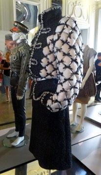 Tailleur de Karl Lagerfeld pour Chanel de la collection «Brasserie Gabrielle» (Prêt à porter, automne/hiver 2015/2016) et un ensemble de Thierry Mugler de la collection «Kessler» (Prêt à porter, automne/hiver 1990/1991)
