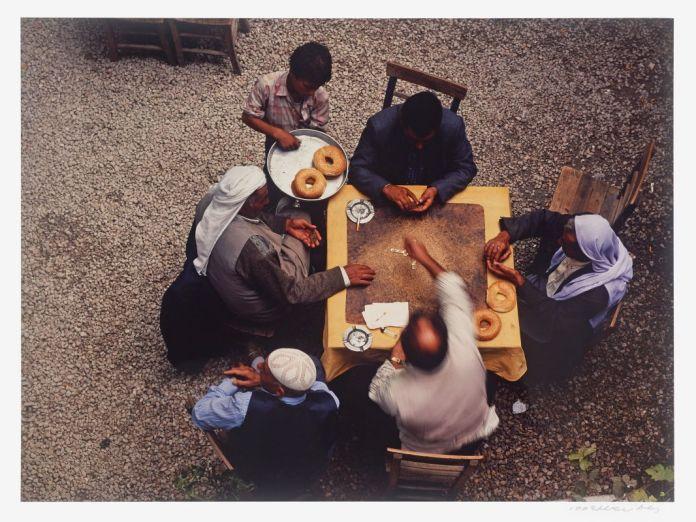 Izzet Keribar, Joueurs de dominos dans un café de Sanliurfa, 1996, photographie, 28,8 x 39,9 cm. Mucem, Marseille © Izzet Keribar