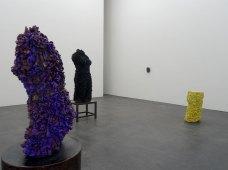 Vue de l'exposition La Traversée - Johan Creten : Odore di Femmina - La Malcontenta, 2015. Grès émaillé, 100x54x46 cm - Le cheval de Troie n° 3, 1992/93 Email noir et bleu sur terre cuite blanche, 147 x 53 x 47 cm, 80 kg Courtesy of the artist, Almine Rech Gallery, Bruxelles, Galerie Perrotin, Paris - Beinskulptur (Leg sculpture),1991/1992. Grès émaillé jaune, 90x60x50 cm