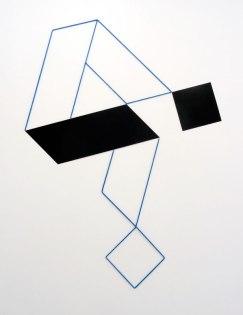 Mehdi Moutashar, Deux plis à 60° & deux carrés, 2012, métal peint et fil élastique, 176 x 148 cm