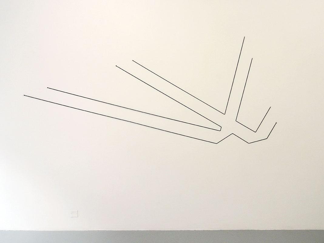 Mehdi Moutashar, Deux angles droits, 2016, fil élastique, 123 x 295 cm