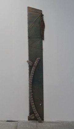 Stéphanie Cherpin Turquoise Boy, 2014 Lame de scie, bois, tissu, cuir, ficelle, peinture, enduit Saw blade, wood, fabric, leather, string, paint, coating 245 x 25cm