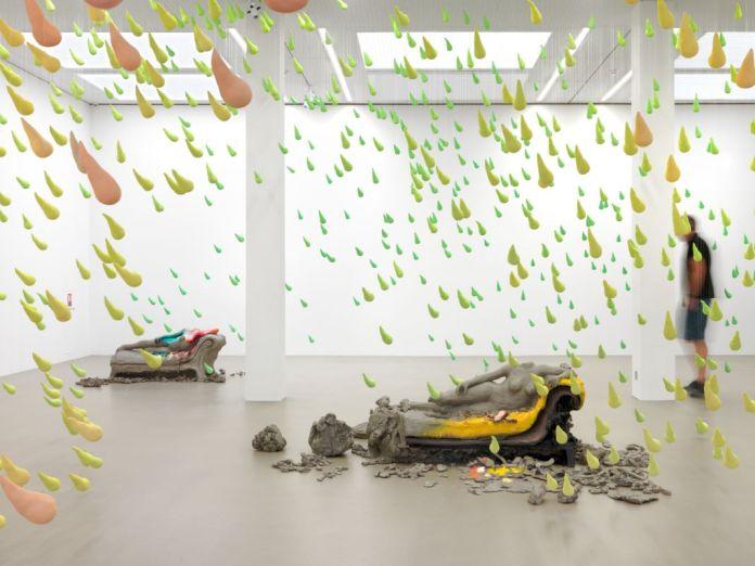 Vue de l'installation Melodrama, 2016 Collection Maja Hoffmann / LUMA Foundation Avec l'aimable autorisation de l'artiste et de Sadie Coles HQ, Londres © Urs Fischer Photo: Stefan Altenburger Photography Zürich