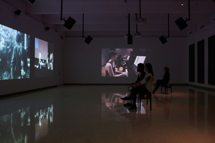 Andrea Büttner, Piano Destructions, 2014, Walter Phillips Gallery, The Banff Centre, Banff, Canada, vue d'installation vidéo, cinq écrans et neuf sources sonores. Photographie : Rita Taylor. Courtesy Walter Phillips Gallery, The Banff Centre, Canada Hollybush Gardens, Londres et David Kordansky Gallery, Los Angeles. © Andrea Büttner / VG Bild-Kunst, Bonn 2016.