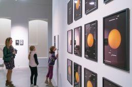 David Haines Transmission to the sun, 2016 Pigment ultrachrome sur papier, 12 éléments. Photo Olivier Cablat