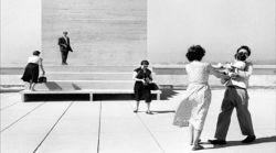 Agnès Varda, La Terrasse du Corbusier à Marseille, 1956. Négatif argentique noir et blanc. Tirage numérique sur support pvc, 106,2 x 166 cm © Agnès Varda