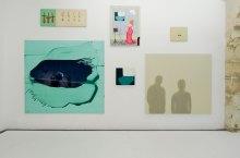 La peinture à l'huile c'est bien difficile… au FRAC à Montpellier. Vue de l'exposition - mur 5 : Sigurdur Arni Sigurdsson, Carotte, 1990, huile et cire sur toile, 55 x 150 cm - J'écoute la mer, 1991, huile sur toile, 45 x 55 cm - Sans titre, 2004, huile sur toile, 200 x 220 cm. Nina Childress, Représentation, 2004, huile sur toile, 130 x 97 cm - Flou net, 2004, acrylique sur mélaminé, 56,2 x 61,5 cm. Dominique Figarella, Document(1), 2004, peinture, impression numérique sur aluminium, 280 x 270 x 2 cm.