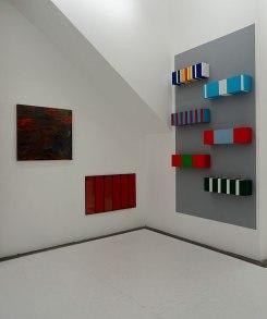 La peinture à l'huile c'est bien difficile… au FRAC à Montpellier. Vue de l'exposition - mur 7 : Bernard Frize, Sans titre-B4, 1990, laque alkyd uréthanne sur toile, 90 x 94 cm. Jean-Pierre Bertrand, Volume rouge, 1990, acrylique sur bois, plexiglas et métal, 72 x 120 x 2 cm. Tania Mouraud, Décorations (II), 1994-1995, acrylique sur bois, 6 x (22 x 74 x 17 cm).