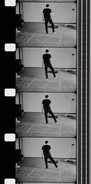 Bruce Nauman - Dance or Exercice on the Perimeter of a Square (Films d'atelier), 1967 - 1968 / Photo © Centre Pompidou, MNAM-CCI / Service de la documentation photographique du MNAM / Dist. RMN-GP © Adagp, Paris