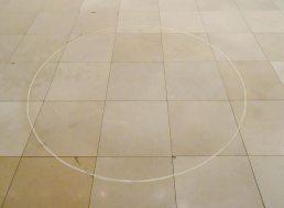Ian Wilson, Chalk circle, 1968, cercle à la craie au sol, 183 cm de diamètre