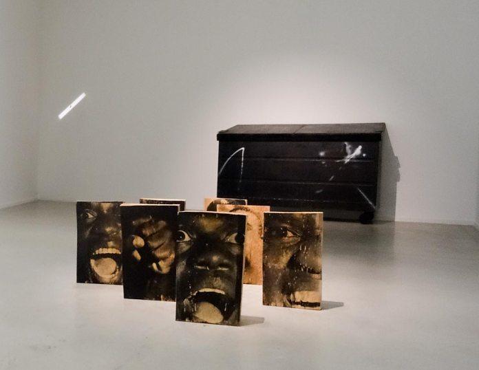 Kaz Oshiro, Dumpter (black with residue), 2014 et Jonathas de Andrade, Zumbi encarnado, 2014. Retour sur Mulholland Drive - La Panacée Montpellier