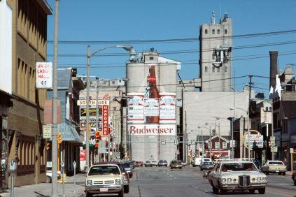 Chester H. Liebs, Malterie Budweiser et centre-ville de Manitowoc, Wisconsin, juillet 1977 © Chester H. Liebs