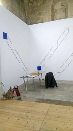 """Mehdi Moutashar, les carrés bleus finalisent la trame géométrique - photo """"Résidence lignes de vie"""""""
