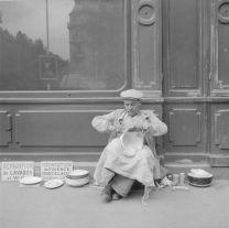 Monsieur Roger Leclerc, réparateur de faïence, à l'angle de la rue Delambre et du boulevard Montparnasse, Paris, 1945, photo Pierre Soulier. Mucem © Mucem
