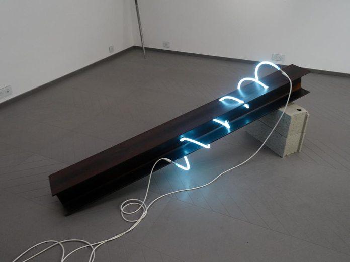 Pierre Malphettes, Sans titre (la poutre et le néon), 2011 - La convergence des antipodes, Mécènes du Sud Montpellier-Sète