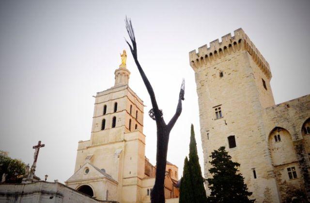 Ndary Lo, La prière universelle, 2002, métal soudé, 750 x 300 x 100 cm. Photo avignon.fr © 2017 - Tous droits réservés