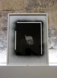 Dune Varela, Toujours le soleil – Rencontres Arles 2017 - D'après Ducos du Hauron, 2016. Tirages photographiques, verre, peinture noire