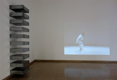Donald Judd, Untitled, 1989 et Babette Mangolte, Watermotor, 1978 - A different way to move - Minimalismes