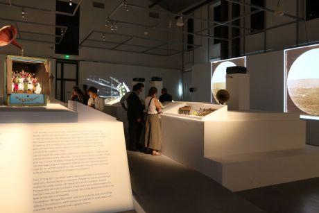 Document Bilingue, vue de l'exposition au Mucem - Bâtiment Gorges Henri Rivière. Photo © Agnes Mellon