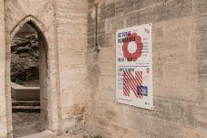 Entrée de l'exposition AILO «Light is more» au Château de Tarascon. Photo Fabrice Leroux
