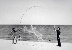 Intervention sur une plage, Claude Viallat à Argelès-sur-Mer, été 1972. Archives personnelles de Claude Viallat. © ADAGP, Paris, 2017