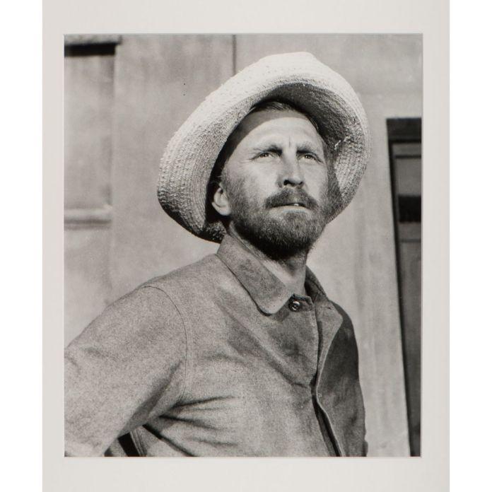Lucien Clergue Kirk Douglas dans le rôle de Van Gogh sur le tournage du film La Vie passionnée de Vincent van Gogh de Vincente Minnelli, 1953 Photographie noir et blanc, 50,5 x 40,5 cm Collection Fondation Vincent van Gogh Arles, dite Collection Yolande Clergue